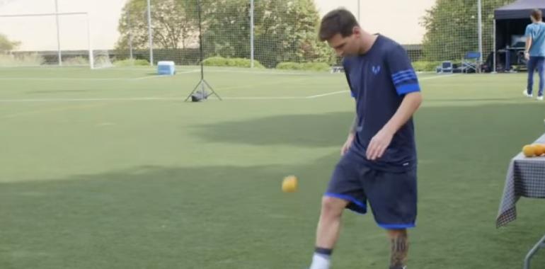 Messi en pleno rodaje con adidas se divierte con una naranja
